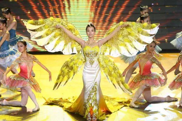 尽管迪丽热巴的金鹰女神造型美艳夺目,却依然忘不了曾经那个踏鹰而来的刘诗诗~